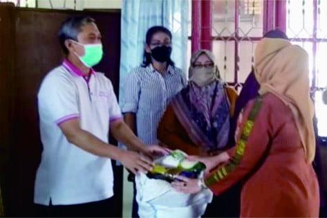 Hendro Prasetyo menyaluran bantuan secara simbolis di kantor Dinperindag Purbalingga, Jumat (17 September 2021)