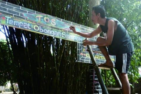 Seorang warga menyiapkan Tempat Obongan Sampah di RT 04 RW 01 Kelurahan Kedungmenjangan.